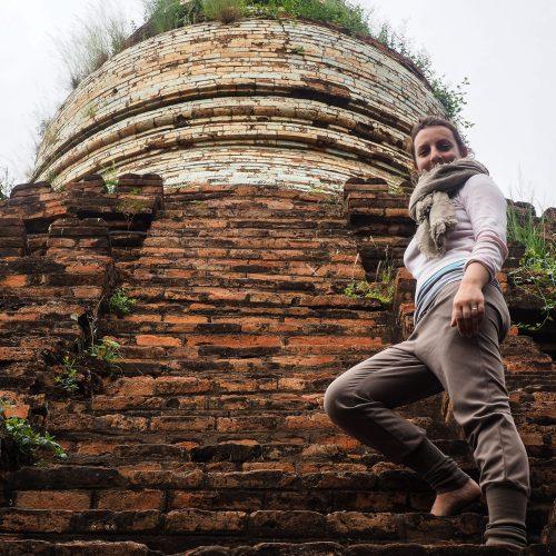 Scalando una Pagoda, Bagan, Myanmar